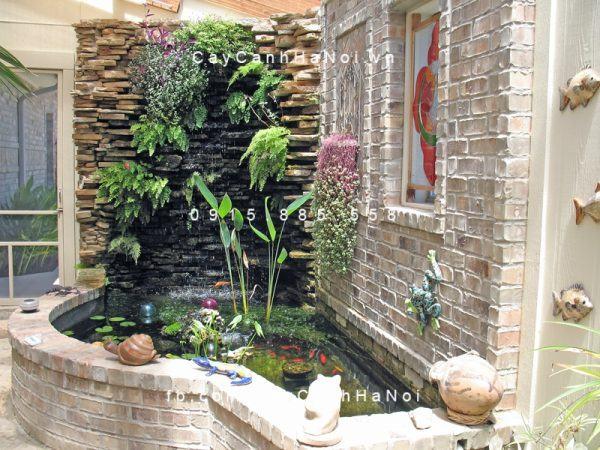 Tiểu cảnh nước trong nhà thường được thiết kế ở những vị trí trung tâm như giếng trời, gầm cầu thang; gồm đầy đủ các yếu tố: nước, cây xanh, đá sỏi… giúp tạo cảm giác sinh động cho ngôi nhà.